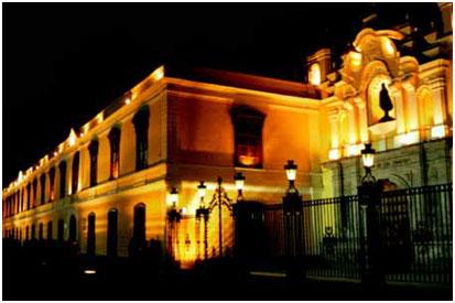 Vista nocturna de la antigua casona de la Universidad Mayor de San Marcos